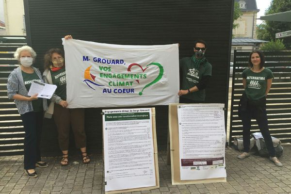 """Lors de l'élection du conseil de la Métropole, les activistes d'Alternatiba ont tenu à rappeler à Serge Grouard et à sa liste, les """"Orléanais au coeur"""", les engagements pris pendant la campagne des municipales."""