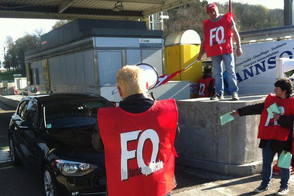 Les grévistes à l'entrée du péage de l'A36 à Baume-les-Dames