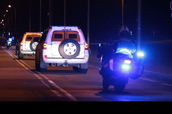 Des policiers escortent le convoi transportant Salah Abdeslam, suspect clé des attentats de Paris, de la maison d'arrêt de Fleury-Merogis vers le palais de Justice de Bruxelles où il doit être jugé, le 5 février 2018