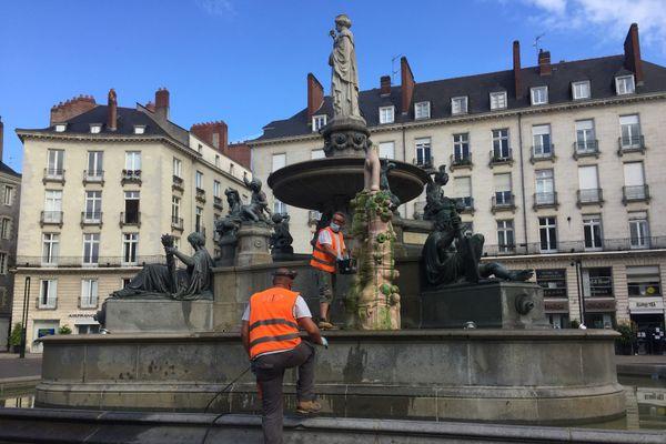 Des employés de la ville de Nantes ont commencé à nettoyer l'oeuvre d'art ce vendredi matin.