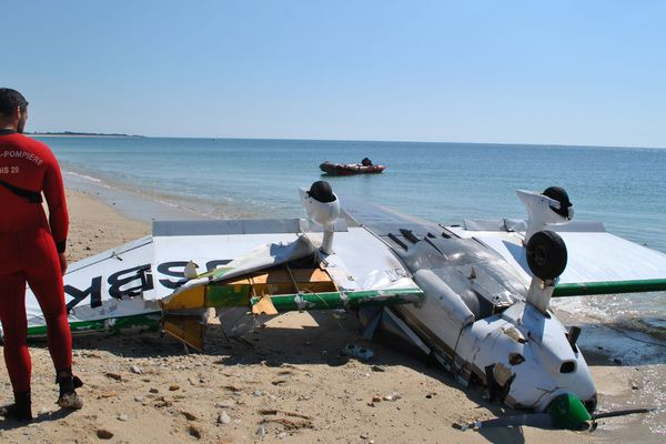 Victime d'une avarie de moteur, le petit avion de tourisme a dû atterrir en urgence sur la plage. L'appareil a fini par se retourner à quelques centimètres de l'eau.