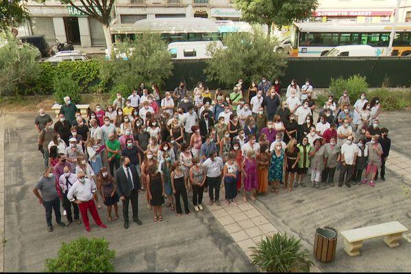Le personnel du lycée Guillaume Apollinaire à Nice, masqué, pour la photo de famille de la rentrée 2020.