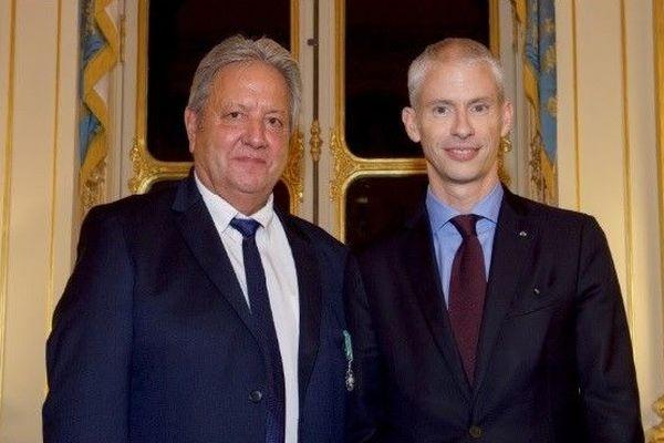 Serge Vaneson a reçu les insignes de Chevalier des Arts et des Lettres des mains deFranck Riester,ministre de la Culture et de la Communication