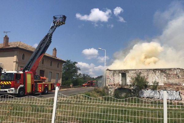 Le feu s'est déclaré à l'intérieur d'une centrale hydroélectrique située à Lespinasse (31).