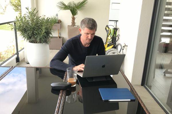 Stéphane Metzger, le directeur sportif du Team Strasbourg, prépare l'avenir depuis son domicile, en mode télétravail.
