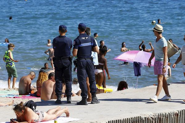 Surveillance des plages à Cannes, où un arrêté interdisant le port du Burkini est en vigueur.