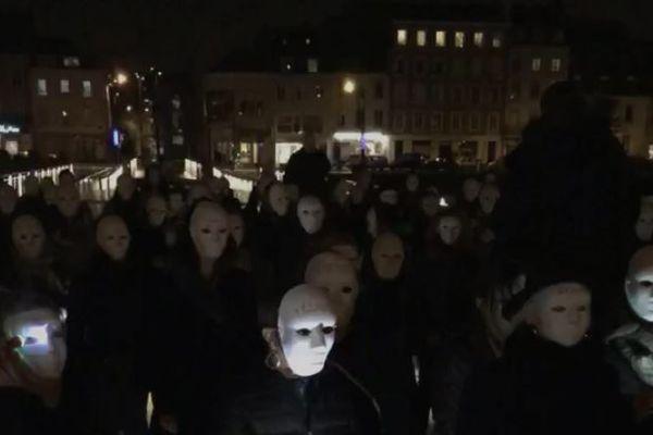 Une centaine de militants masqués s'est rassemblée à Cherbourg le 25 novembre pour dire non aux féminicides.