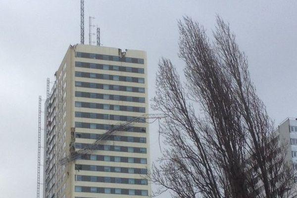 A Bagnolet (Seine-Saint-Denis), une antenne relais est tombée sur un immeuble d'habitation. L'accident a fait un blessé léger vers 6h00.