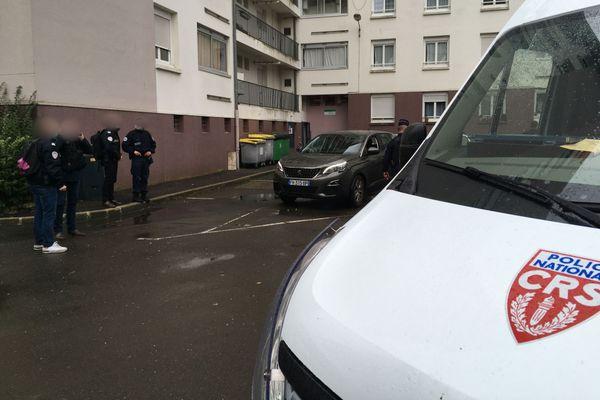 Rue Guy Ropartz à Rennes, un dispositif policier pour une reconstitution à la suite du décès de Babacar Gueye en 2015