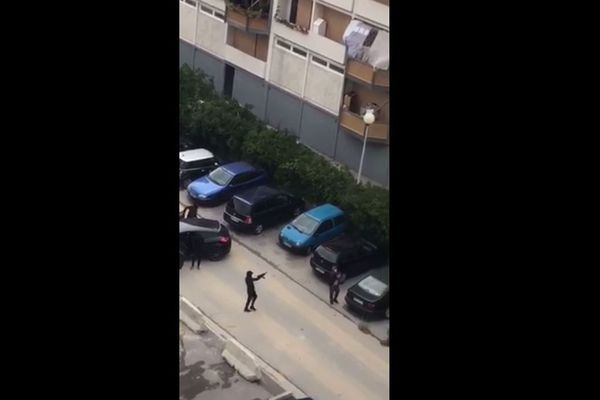 La fusillade de la Busserine à Marseille filmée depuis un balcon.