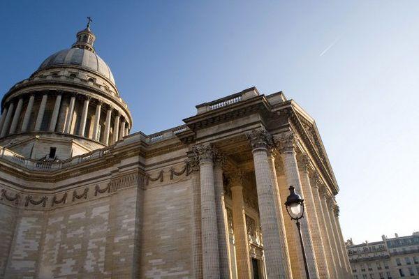 Voltaire, Victor Hugo, Émile Zola, Jean Jaurès, Jean Moulin, André Malraux, entre autres, reposent au Panthéon à Paris. Alexandre Dumas est le dernier à y avoir fait son entrée en 2002.