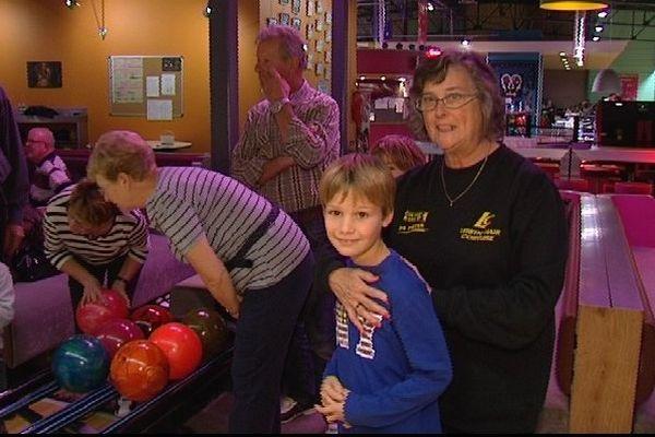 Partie de bowling organisée à Tinqueux entre grands-parents et petits-enfants dans le cadre de la semaine bleue.