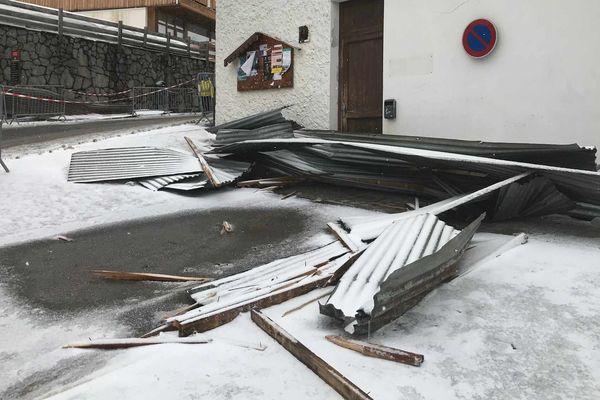 Des fortes rafales de vent ont endommagé des immeubles dans la nuit.