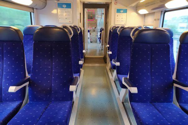 En milieu de matinée, le train Lyon-Grenoble est presque vide.