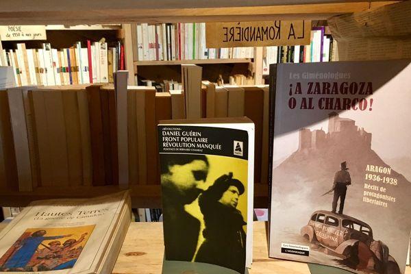 Un univers de livres d'Histoire et de poèmes à La ZAD