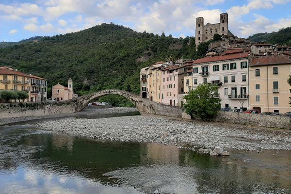 Il paese di Dolceacqua e il suo ponte reso famoso dal pittore Claude Monnet.