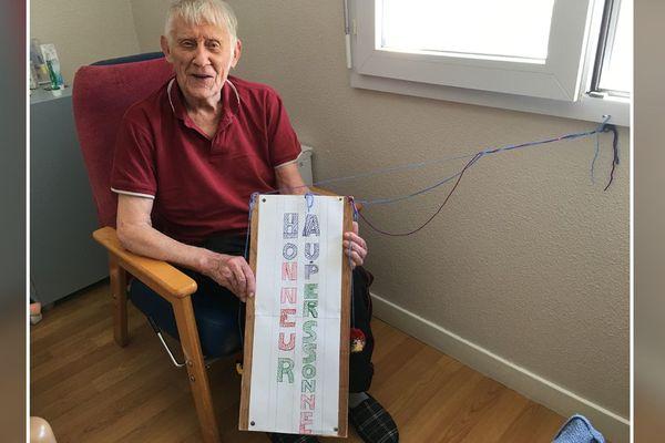 """Charles Moulins, 88 ans, confiné dans sa chambre de l'Ehpad """"Résidence Gautier"""" à Beauregard-l'Evêque (Puy-de-Dôme), il témoigne chaque jour sa gratitude aux personnels dévoués."""