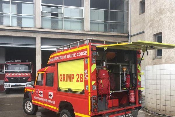 Un petit camion rouge dont rêveraient tous les enfants : remplis de tout l'équipement nécessaire pour un sauvetage. Ce camion, c'est celui du GRIMP 2B.