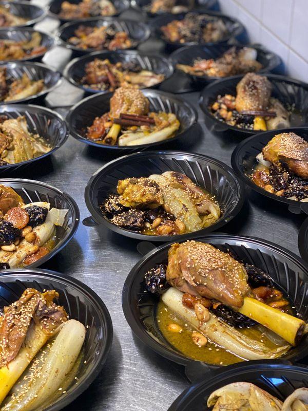Adil cuisine l'une de ses spécialités, apprise à l'école hôtelière de Marrakech : le ragout d'agneaux, cuit à 86° toute la nuit.