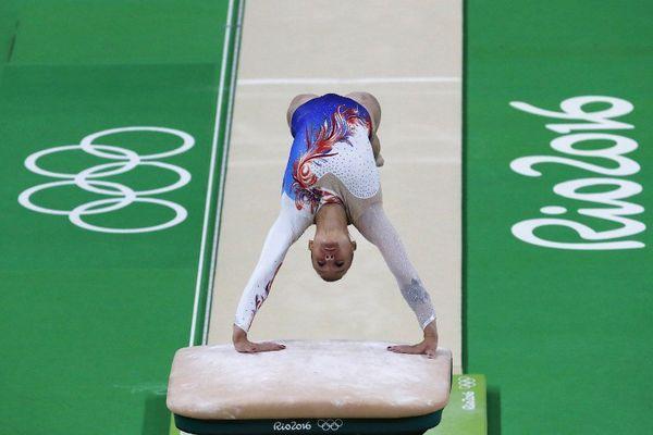 La gymnaste dunkerquoise Louise Vanhille au cheval d'arçon.