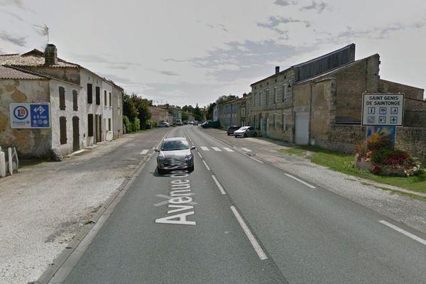 La Rd 137 traverse la commune de Saint-Genis-de-Saintonge, en Charente-Maritime.