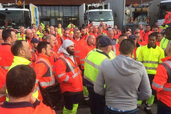 Les ramasseurs et chauffeurs ont profité de leur pause matinale pour voter une grève d'une journée le 31 mars.