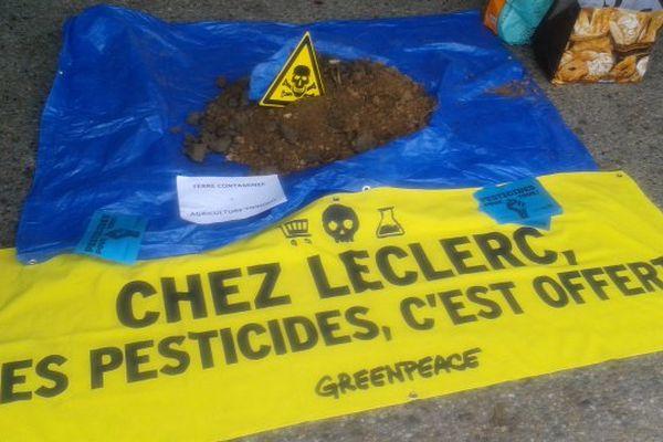 A La Rochelle, un tas de terre a été symboliquement déposé devant le magasin du groupe.