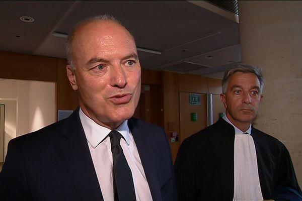 Renaud Dutreil, accompagné de son avocat, au sortir de l'audience du tribunal de commerce ce jeudi