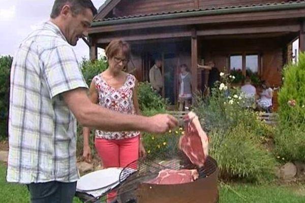 Faute de pouvoir utiliser le four électrique, le barbecue est devenu le mode de cuisson préféré de cette famille.