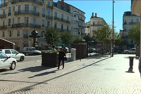 Rue vide un samedi après-midi à Béziers.