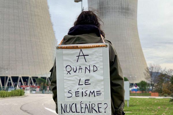 Une centaine de militants anti-nucléaire ont manifesté le samedi 30 novembre 2019 devant la centrale de Cruas-Meysse près de 3 semaines après le séisme du Teil qui a déclenché un arrêt provisoire des réacteurs.