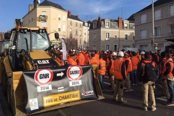 À Angers, les artisans ont emmené 140 engins de chantier en centre-ville pour protester contre la fin programmée du gazole non routier, moins taxé.