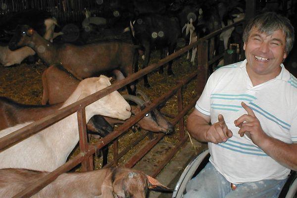 Jean-Louis Roger est un éleveur de chèvres berrichon dont l'objectif est de trouver un associé. Une recherche qu'il a débuté voilà quatre ans et qui le mène aujourd'hui au Sommet de l'Elevage de Cournon d'Auvergne avec l'espoir de trouver cette perle rare.