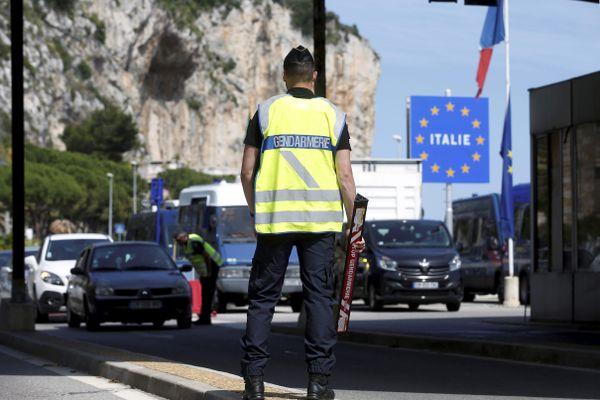 Menton (Alpes-Maritimes) : les gendarmes contrôlent l'entrée au poste-frontière entre l'Italie et la France.
