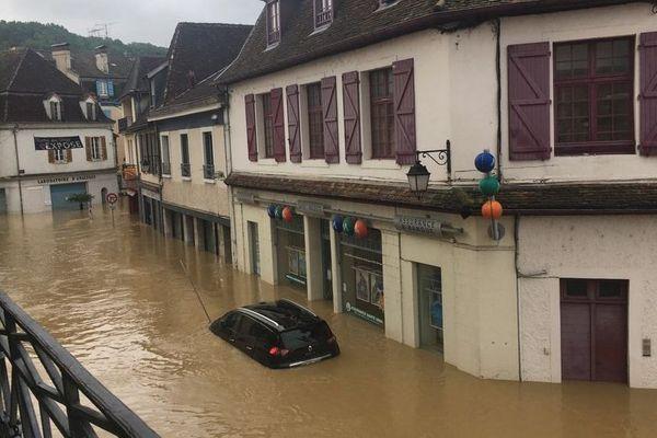 Certaines rues de Salies de Béarn sont totalement inondées mercredi 13 juin au matin.