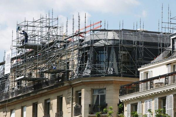 Le toit d'un immeuble parisien en travaux.