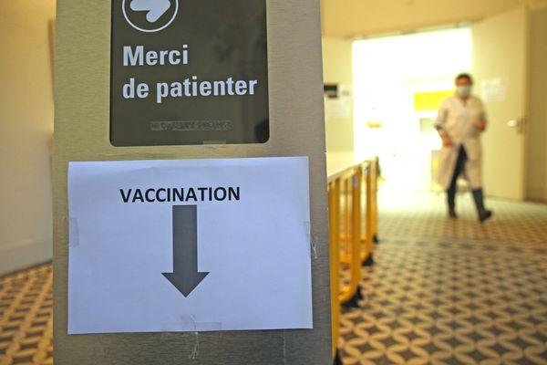 Un panneau indique le lieu de vaccination contre la Covid-19 aux Hôpitaux Universitaires de Strasbourg.
