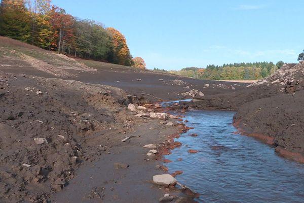 Au nord de Limoges, la retenue d'eau du Mazelle vidangée et curée