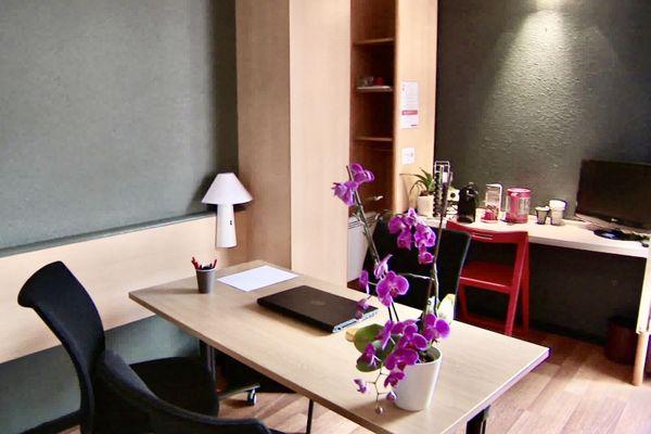 Une chambre transformée en bureau, dans un des hôtels de Rodez