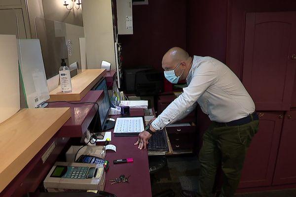 """Pour une réservation dans les hôtels de Montpellier, la plateforme de réservation """" booking.com"""" pratique une commission de 17% sur le prix de la chambre"""