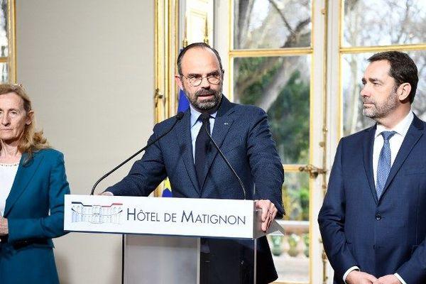 Edouard Philippe entouré de Christophe Castaner et Nicole Belloubet annonce un plan de fermeté après le saccage des Chamsp-Elysées, le 18 mars 2019.