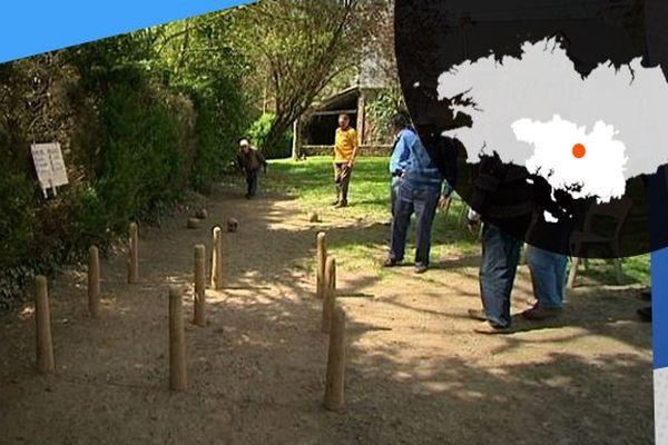 Dans la cour du bar à Pomeleuc, les anciens pratiquent le jeu de quilles