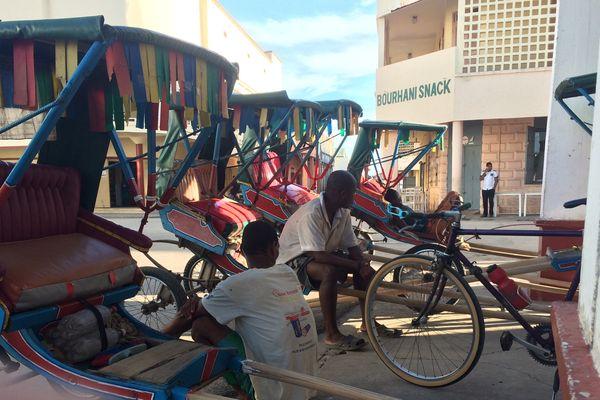 Dans la ville de Majunga, après le marché, les pousse-pousse attendent les clients trop chargés