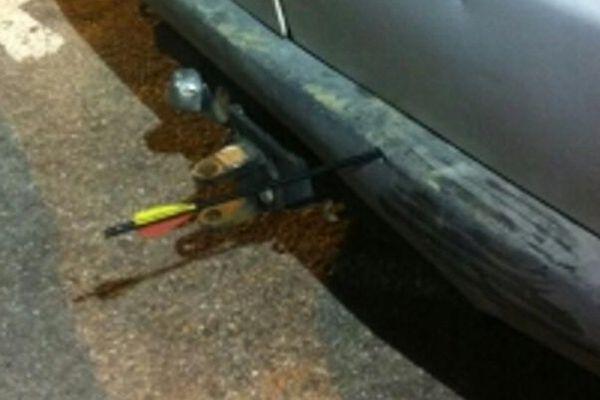 La flèche s'est fichée dans le pare-choc de la voiture que les policiers étaient en train de contrôler
