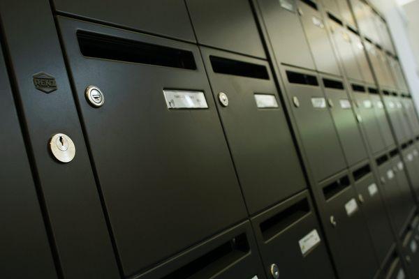 """Grâce à un """"passe PTT"""", le couple ouvrait des dizaines de boîtes aux lettres, jusqu'à y trouver des trousseaux de clefs qui leur permettaient ensuite d'entrer dans les habitations pour les cambrioler."""
