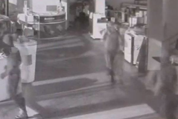 Dans ces images de vidéo-surveillance, on aperçoit 3 hommes en train de chercher à voler du matériel dans un magasin de Wasquehal.