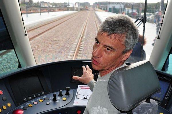 Dans la cabine du premier tramtrain Nantes-Châteaubriant, Thierry Méret conducteur d'essais à la SNCF