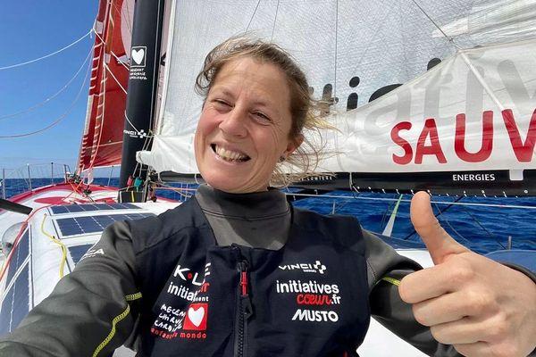 Samantha Davies poursuit son tour du monde en solitaire, mais hors compétition du Vendée Globe au profit de la cause pour laquelle elle s'était engagée : permettre l'opération du cœur d'enfants souffrant de pathologies cardiaques.