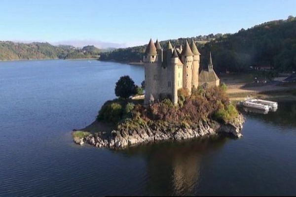 """C'est depuis le majestueux château de Val, sur la commune de Lanobre, dans le Cantal, que Jean-Paul Vincent présentera La Voix Est Libre du samedi 4 mai à 11h30. Une émission entièrement consacrée à la Dordogne et à son bassin versant classé par l'UNESCO """"Réserve mondiale de biosphère""""."""