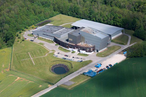 Après plus d'un an de travaux et 8,5 millions d'euros d'investissement public, le centre de tri de Noidans-le-Ferroux ouvre ses portes au public pour l'inauguration.